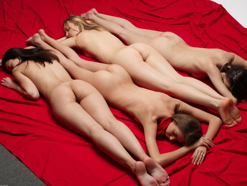 naked-girls-bedroom-together