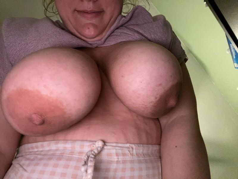 Big tit wife - 6 Pics