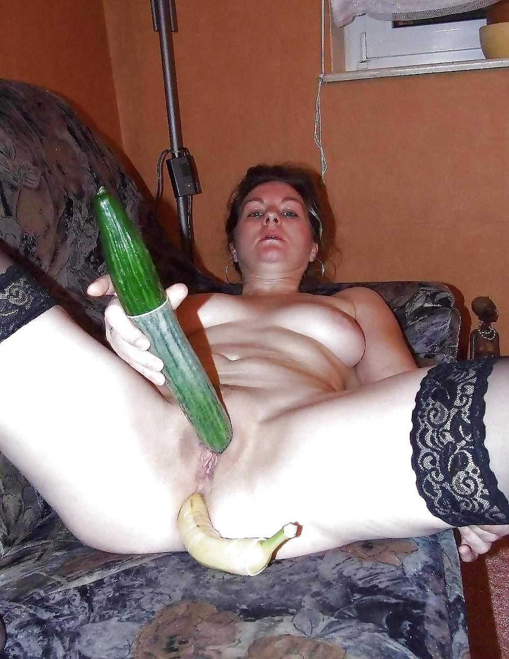 Муж жену огурцом порно видео