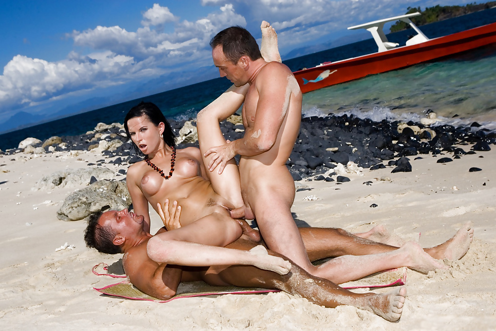 Hot sex on the beach — pic 11