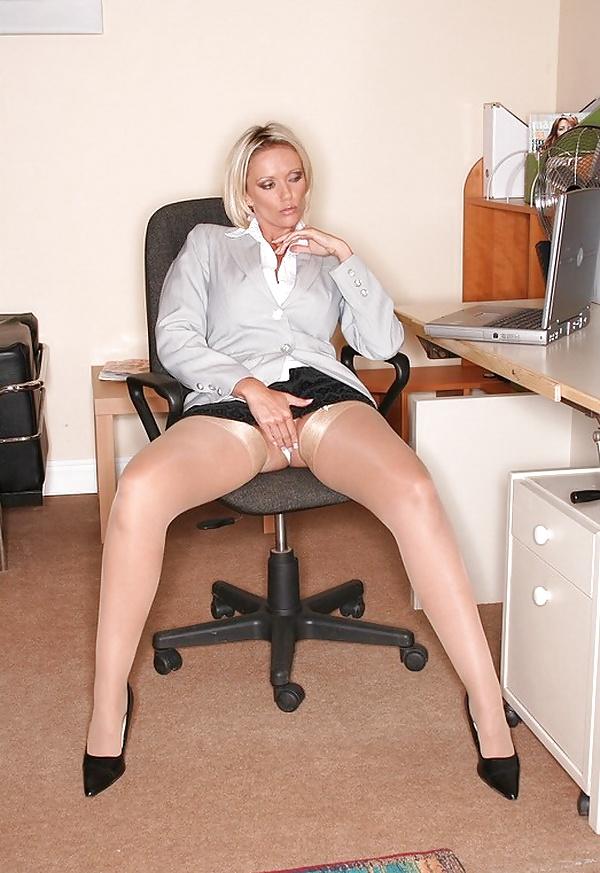 В офисе под юбкой порно видео, русский массажист развел клиентку порно