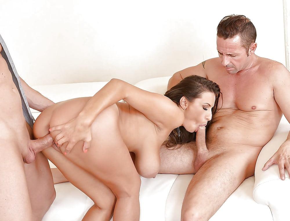 Парень трахает девушку а все смотрят, эротика по две пары