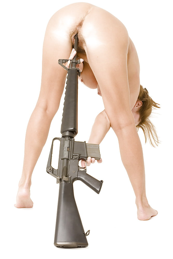 ебут пистолетом в жопу
