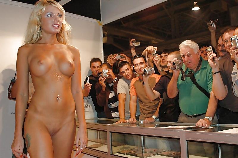zasnyal-porno-striptiz-na-podiume-porno-podveshennoy