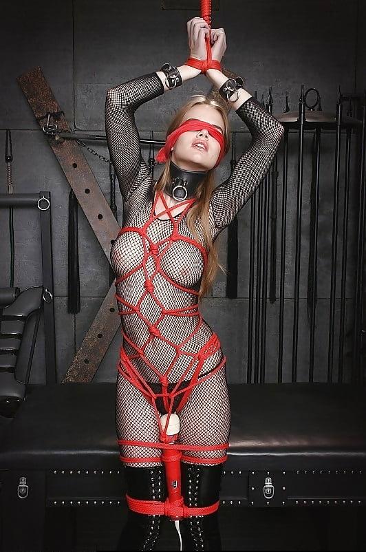 девушки в сеточке связанные веревкой которой