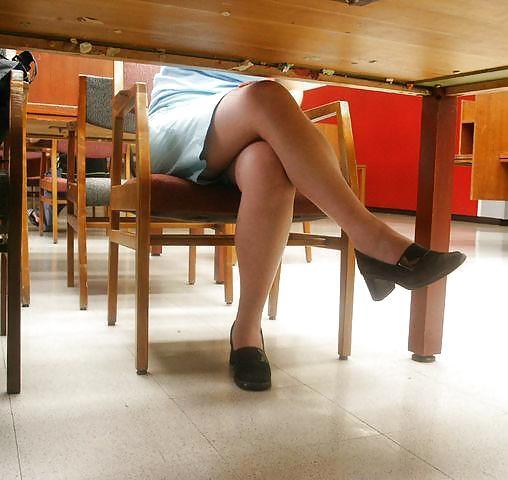 Подгляд под столом за зрелыми — 10