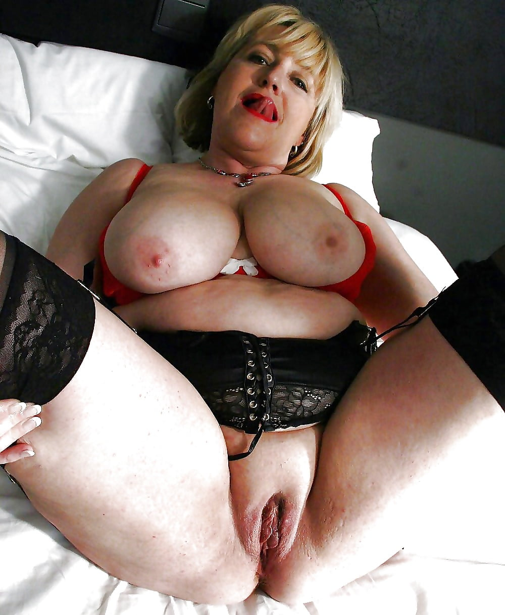 Chunky mature slut plays with her big tits and cunt
