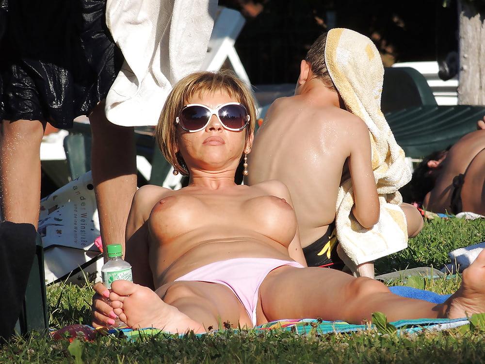 Bottomless girls voyeur