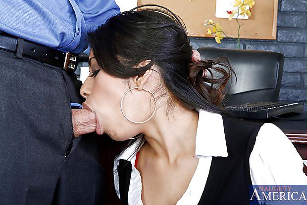 брюнетка в офисе минет - 2