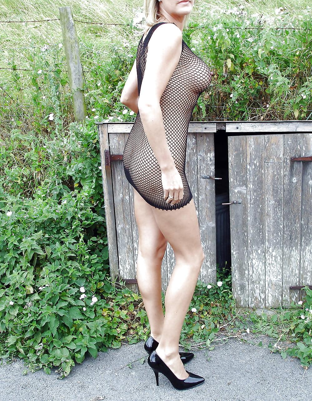 Женщины в эротической одежде на улице