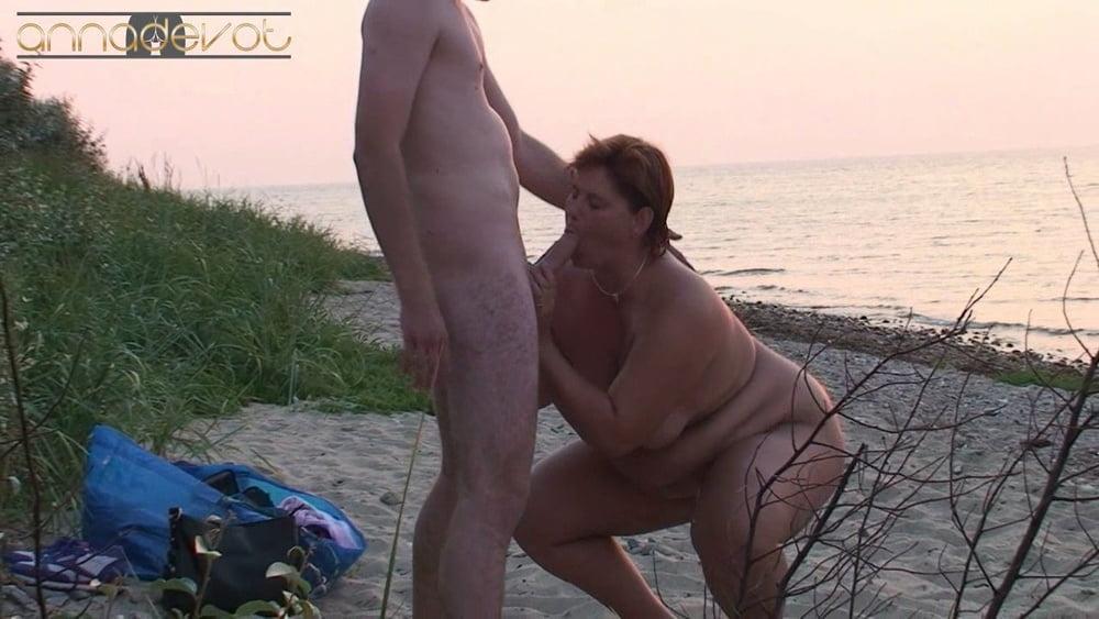 Public on the beach - 15 Pics