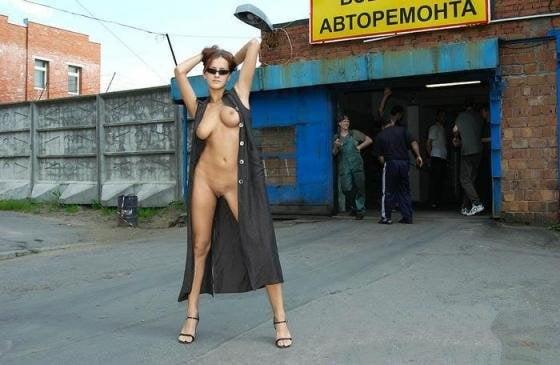 Девушки ходят голыми под пальто видео, секс в позе наездница рисовано