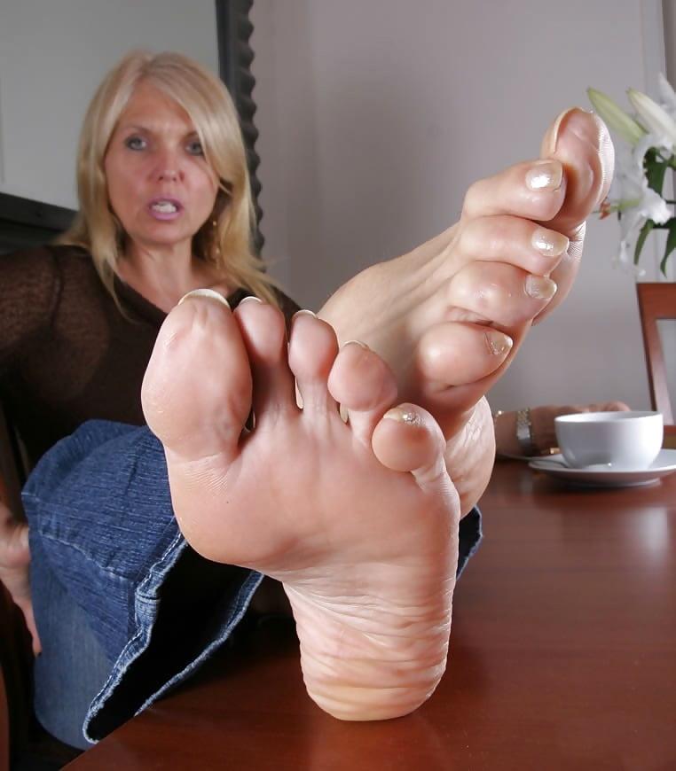 лизать старушке пальцы ног ходил комнате