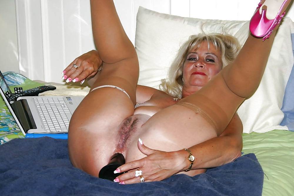 Oldnanny grandma likes big long dildo on the couch