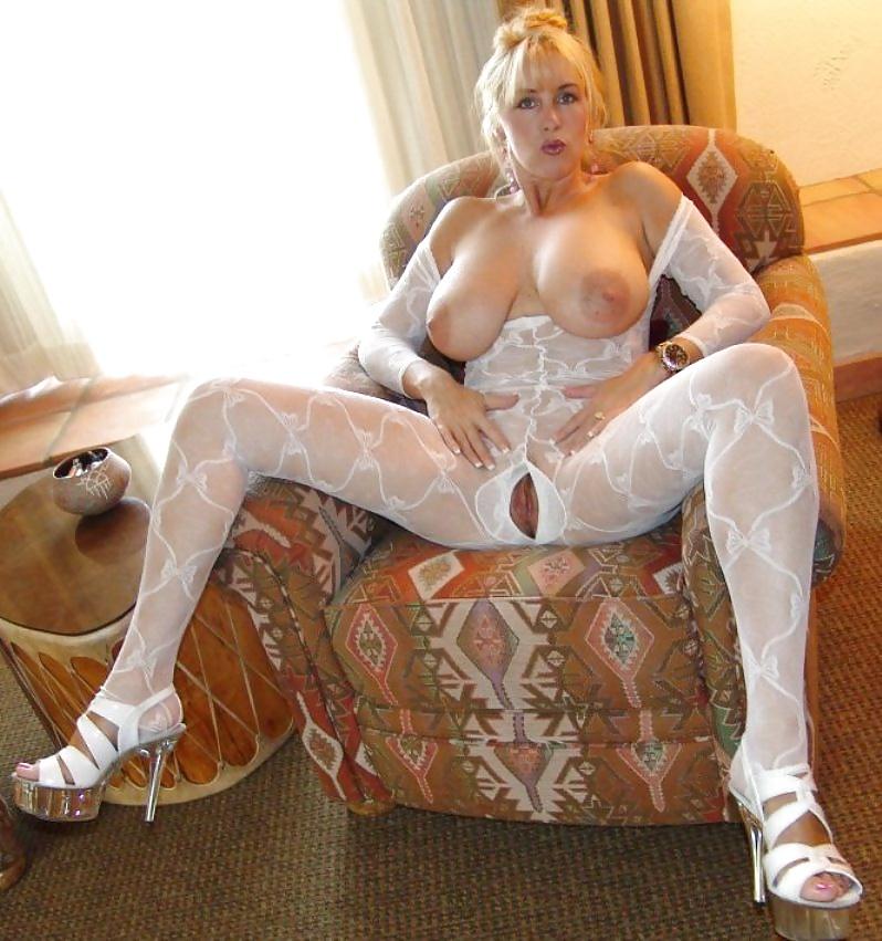 Большие фото красивых девушек с огромными сиськами в белых чулках язычком очко