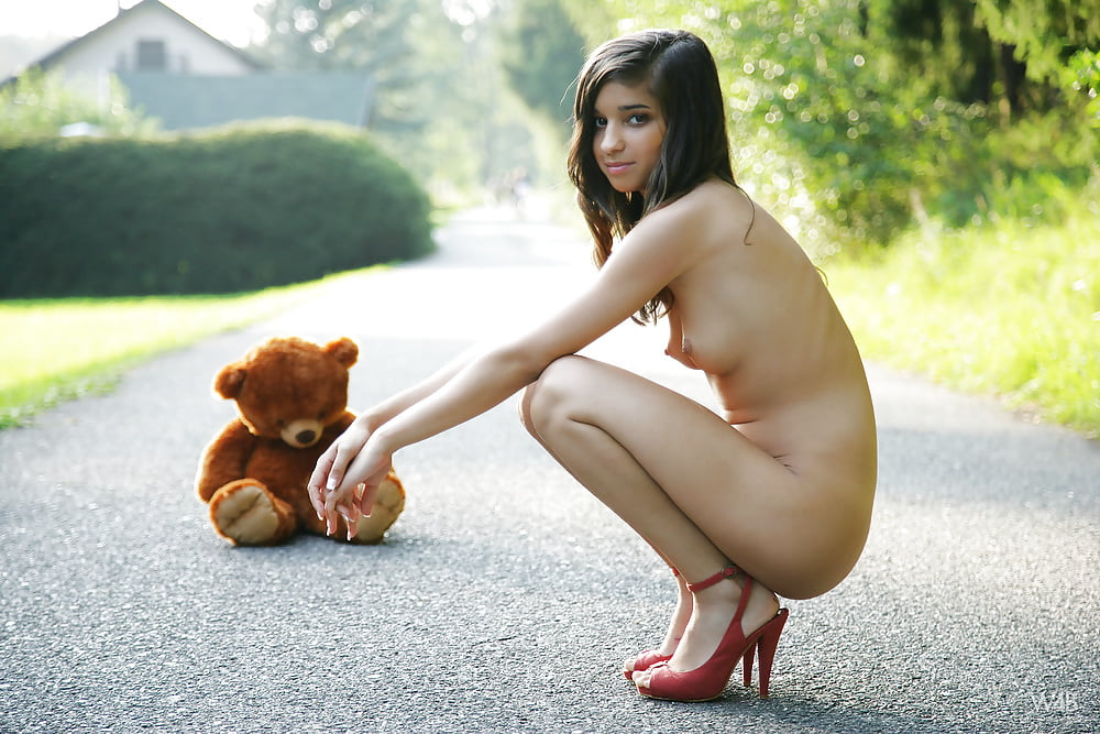 girls-back-puppy-nude