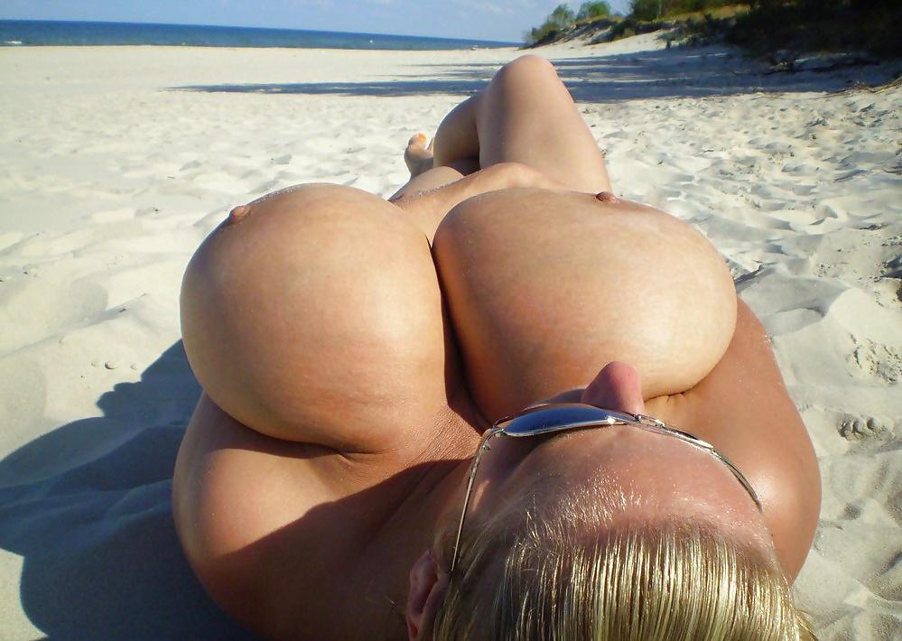 Смотреть онлайн видео большое количество титек на пляже