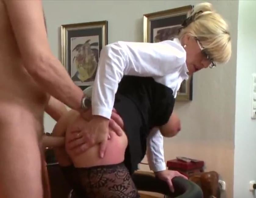 Tante Uschi im Büro überrascht 4