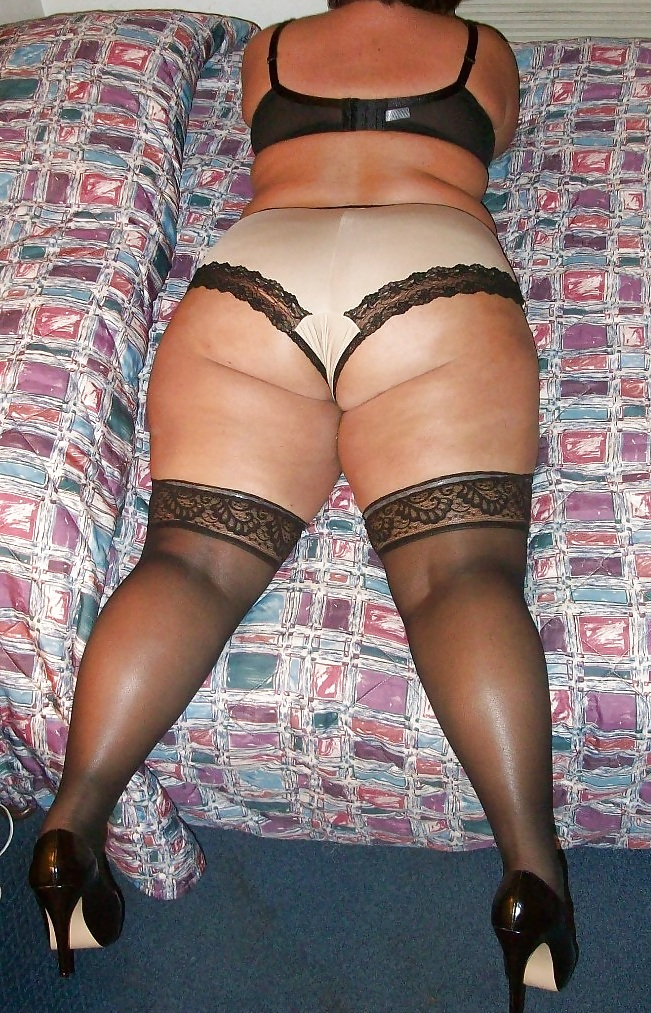 extremely-wide-hips-in-pantyhose