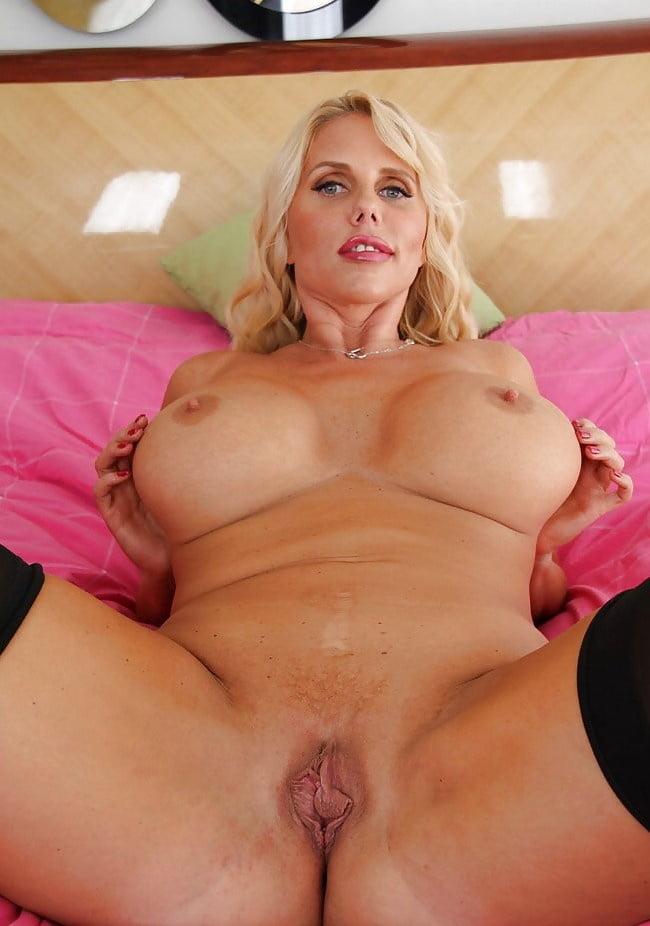 двумя порно фото-американских зрелых теток блонд сели стол