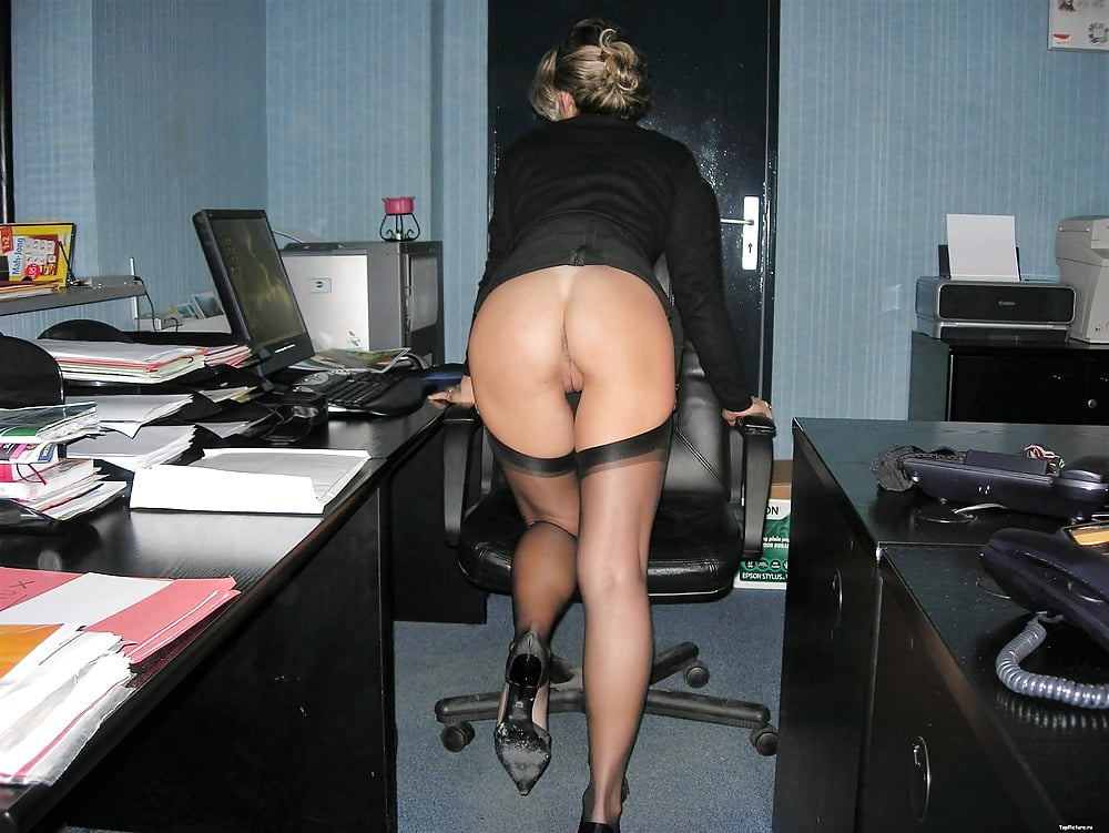 Фото за рабочим столом без трусиков