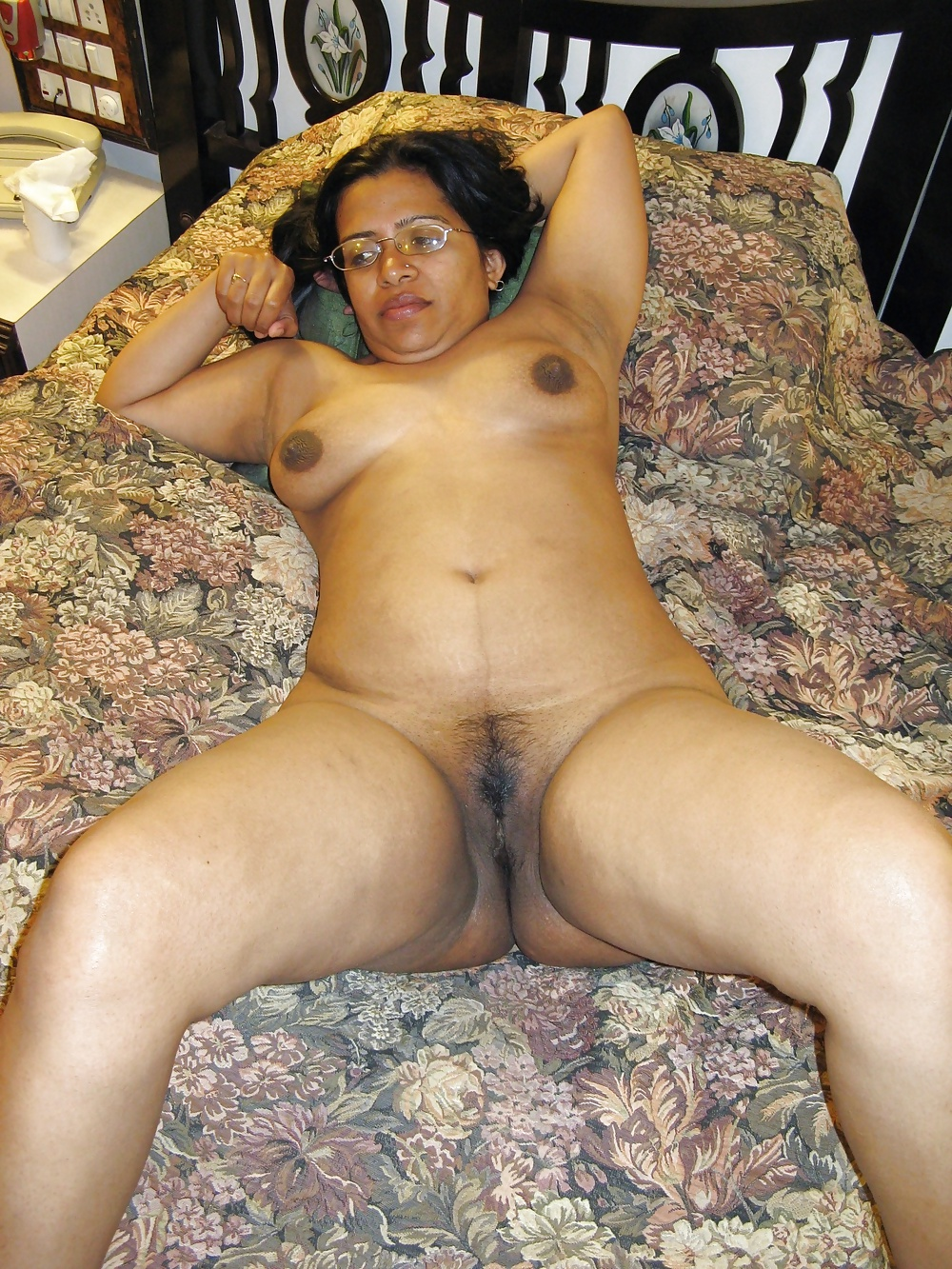 Desi mom showing her nude body and fingering her juicy pussy