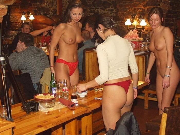 много мужчин и голые девушки в баре порно