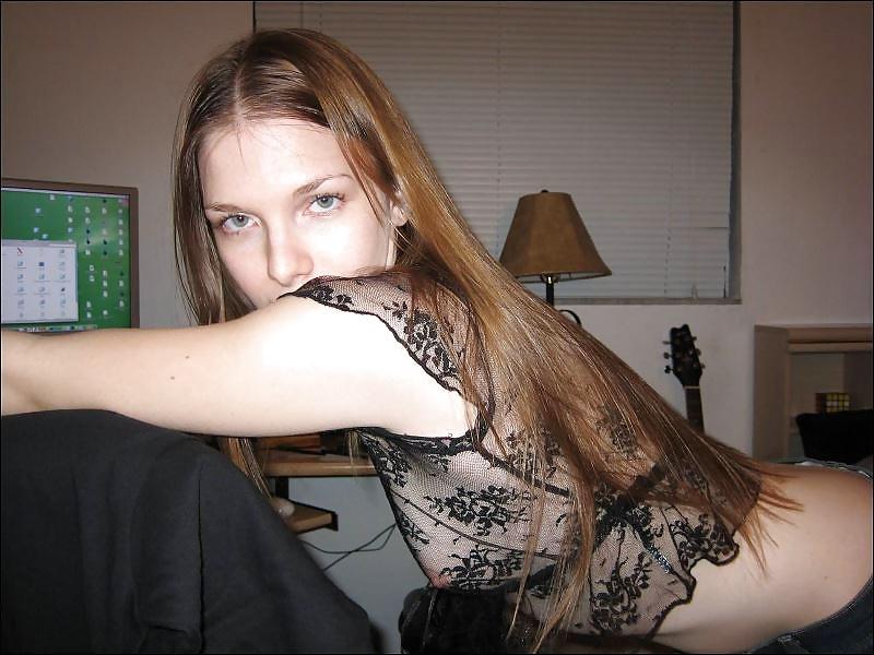 Corra exibe sua linda buceta peluda na webcam - 1 part 4