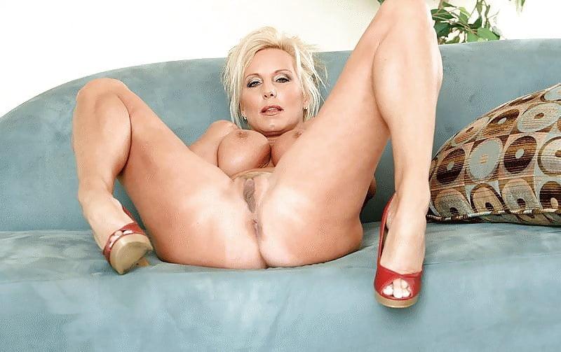 Порно фотосессии порномоделей в возрасте блондинки мужик