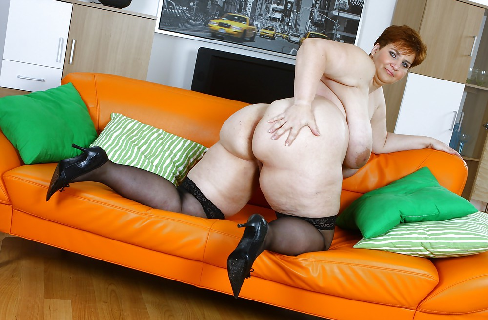 Big Booty Mature Woman Has Solo Fun With A Dildo