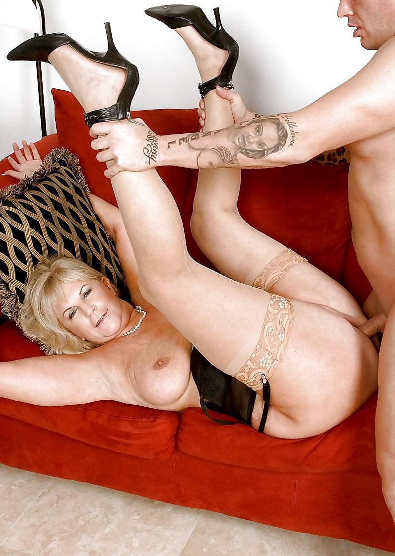 Anne hatheway naked butt
