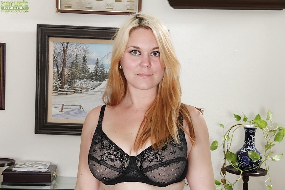 naked-undressing-mom