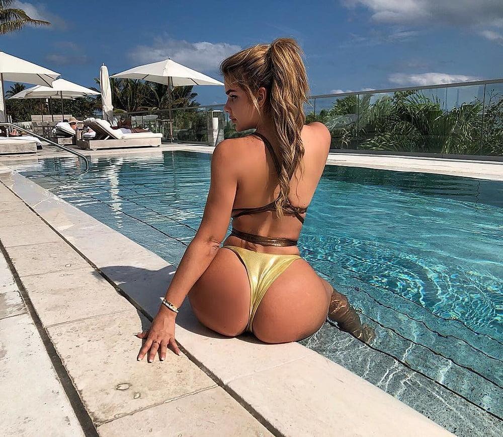 Огромные жопы в купальниках #5