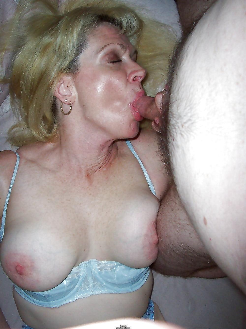Шлюха домохозяйка сосет порно