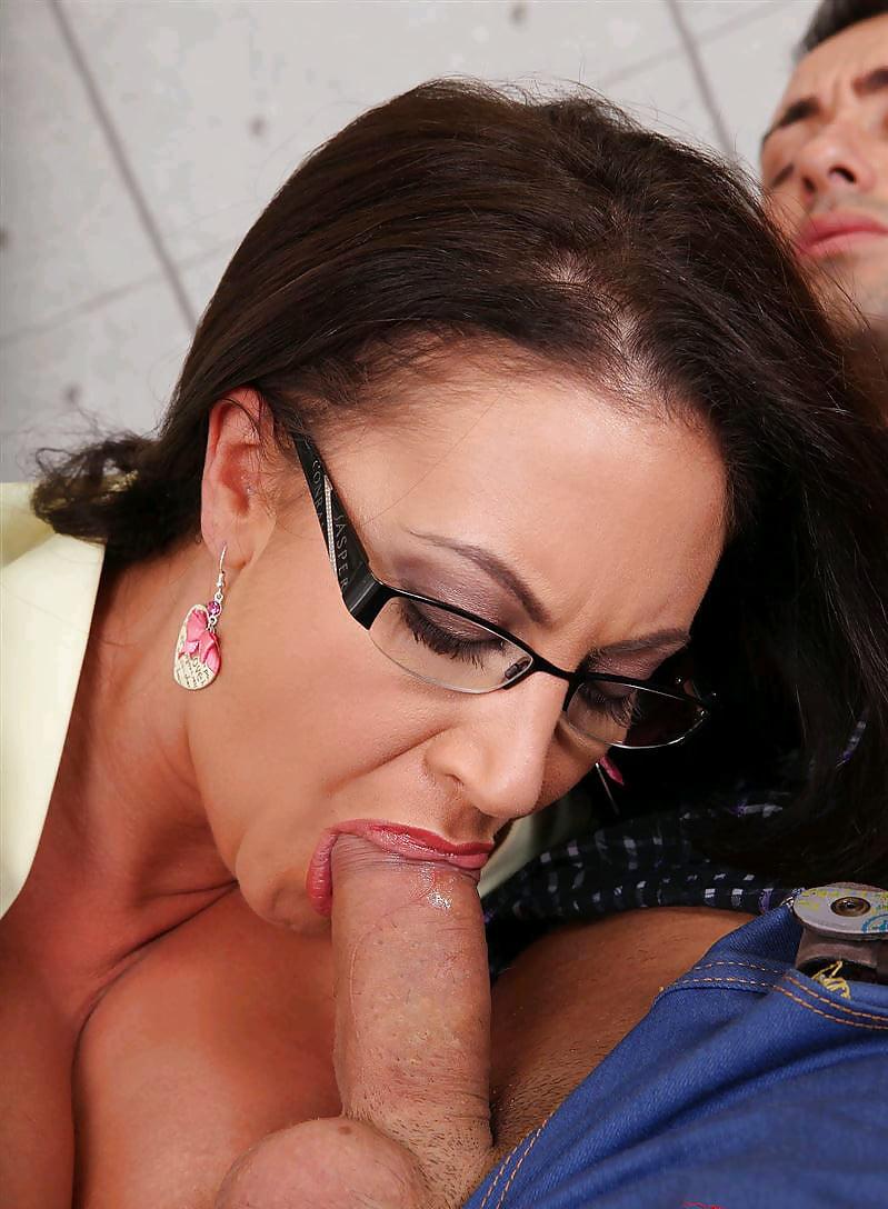 Шикарная грудастая дама в очках классно сосет и трахается