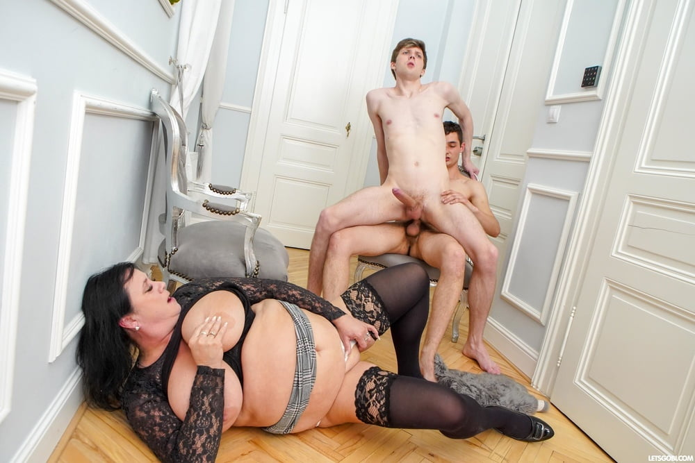 Hungry Cougar and her confused boys - 17 Pics