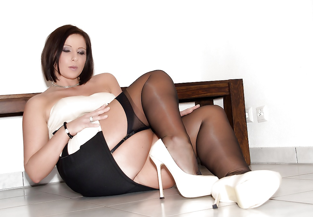 Sexy davina is showing off her nylon stockings and high heels