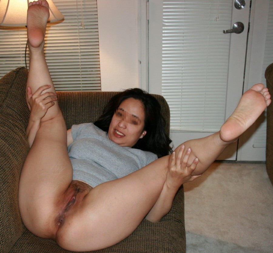 hot-amateur-wife-barefoot-and-naked
