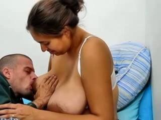 кормит грудью мужиков порно опустил спинку