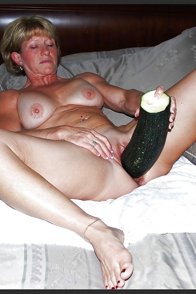 Зрелая баба дрочит огурцом, секс в машине эротические картинки