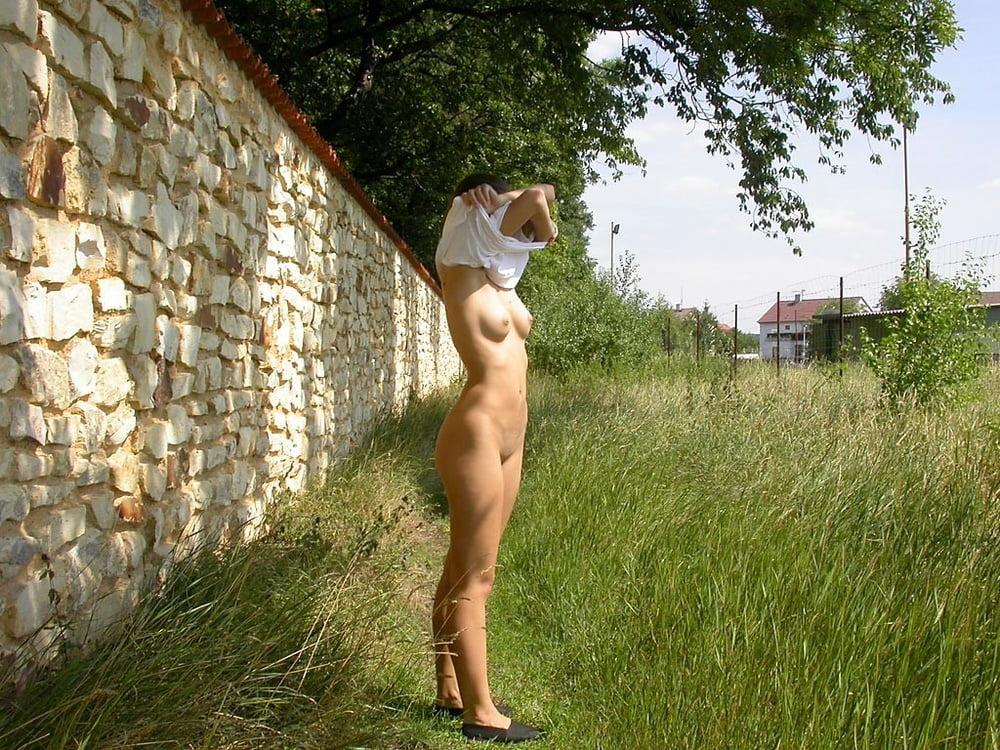 Девушка живет голой и гуляет голой постоянно видео