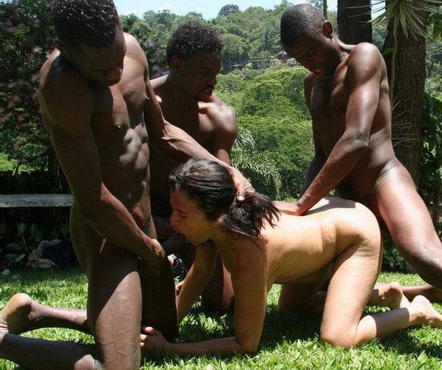 Белые женщины с неграми в джунглях сосут сами себя
