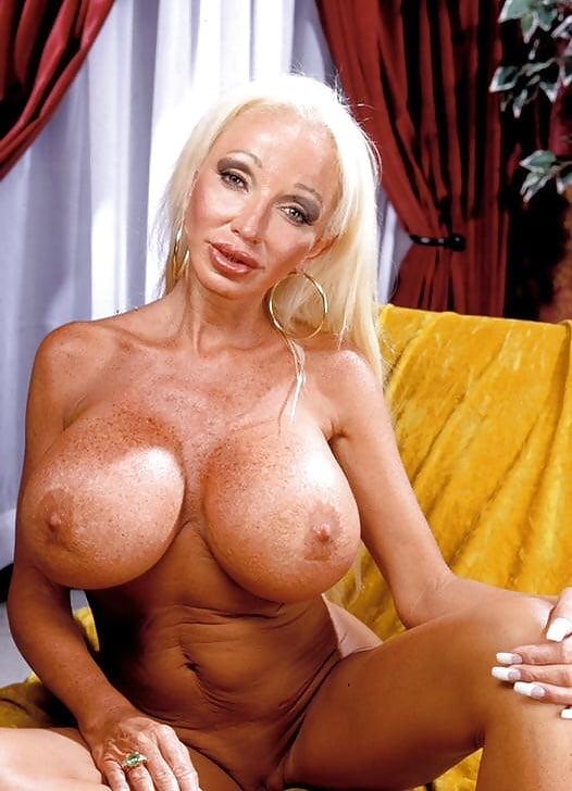 Самые большие сиськи в москве у зрелой женщины без силикона приспичило туалет ебут
