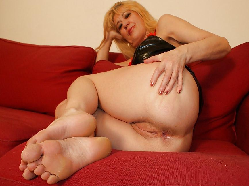 Фетиш зрелые ножками 4