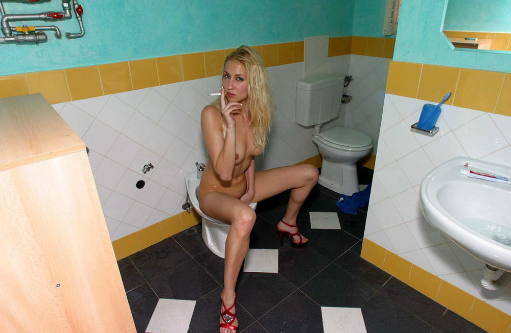 SMOKING AND PISSING - 50 Pics