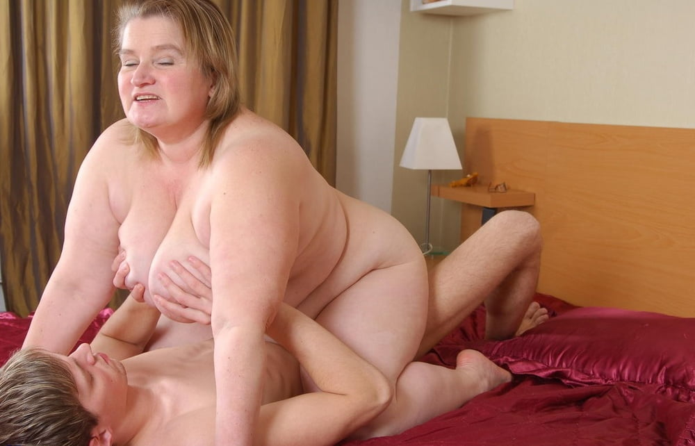 Reality Natural Old Bbw Girlfriends On The Bed Receives Cunnilingus 1