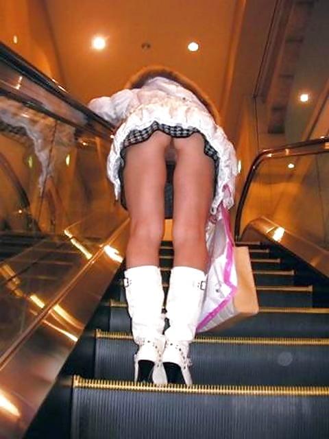 porno-foto-pod-yubkoy-na-eskalatore-krupno-foto-lari-kroft-eroticheskie-golie