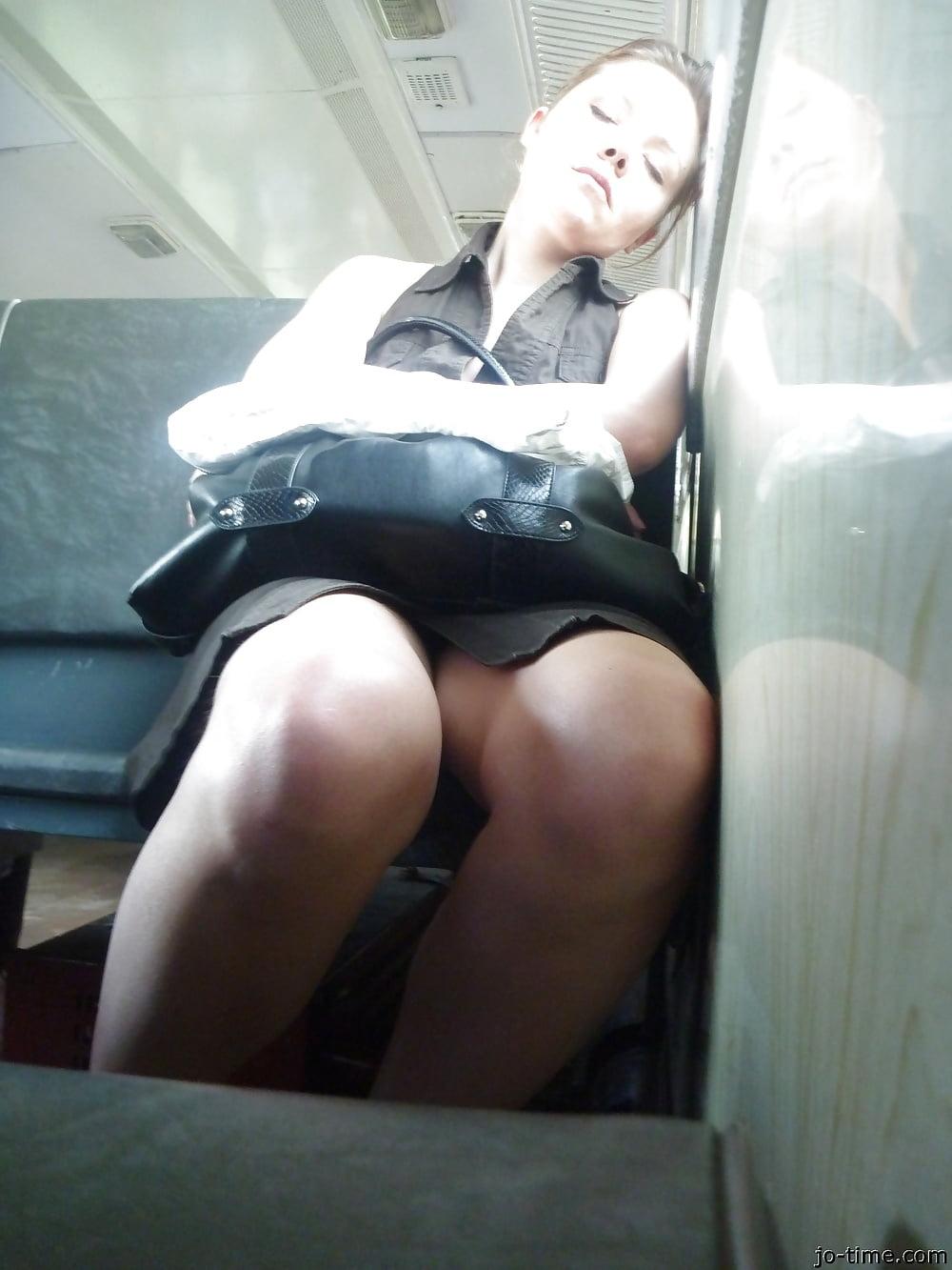 Порно подглядывание девушек в городском транспорте