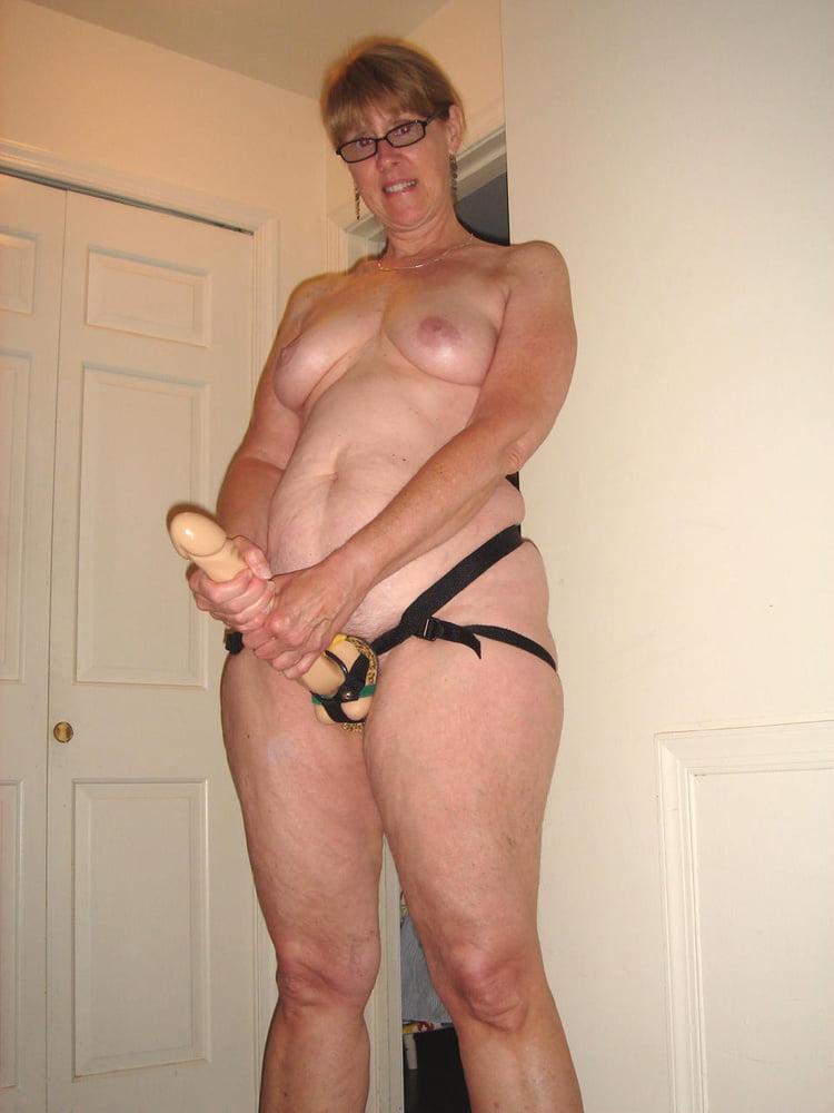 страпон зрелые женщины фото пизда крупним планам