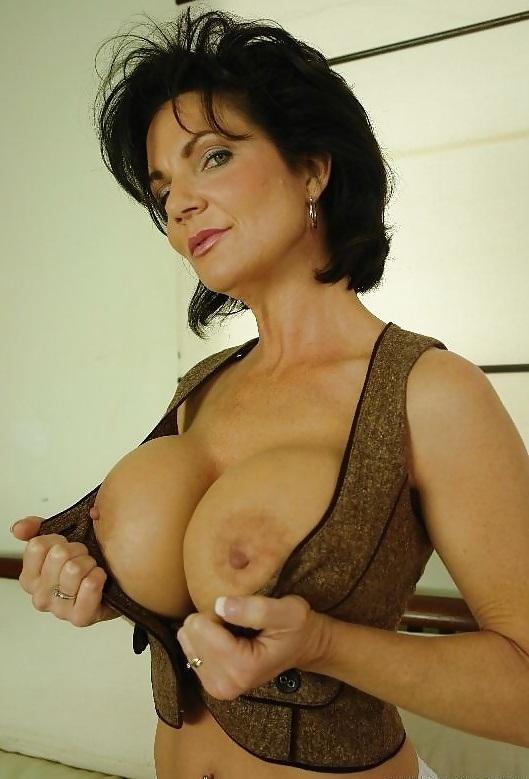 womenxxx-anal-deauxma-big-boob-gallery-pee-bathroom